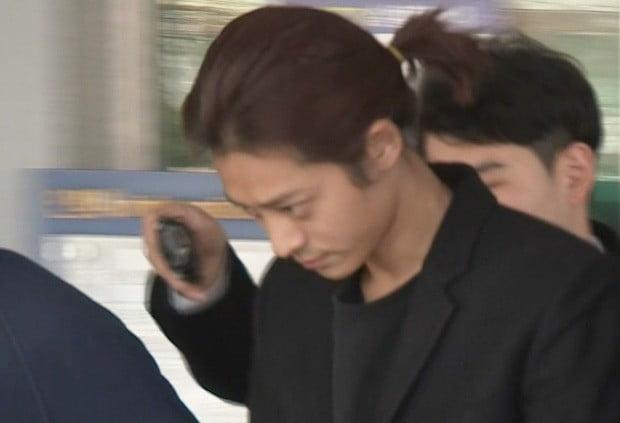 성관계 동영상을 불법적으로 촬영·유통한 혐의를 받는 가수 정준영이 22일 오후 구속 후 서울지방경찰청으로 출석하기 위해 종로경찰서에서 나오고 있다.  /사진=연합뉴스