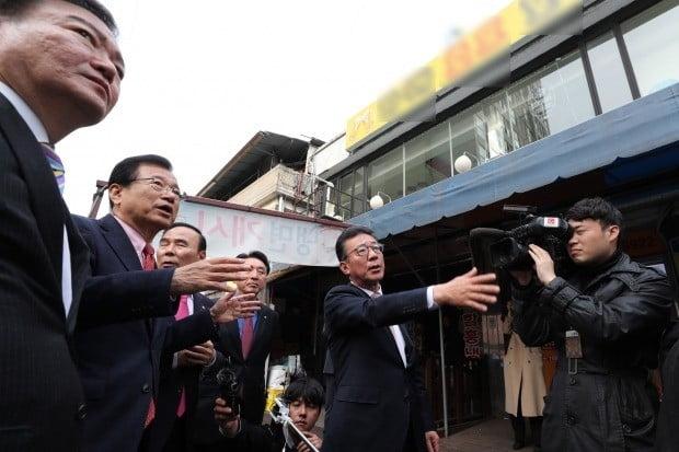 김의겸 대변인 건물 방문한 자유한국당 의원들 (사진=연합뉴스)