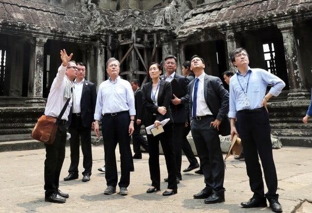 고가 건물 매입 논란에 휩싸인 김의겸 청와대 대변인(오른쪽 끝)이 29일 오전 사퇴 의사를 밝혔다. 사진은 2019년 3월 캄보디아 앙코르와트를 방문한 문재인 대통령과 김 대변인 (사진=연합뉴스)