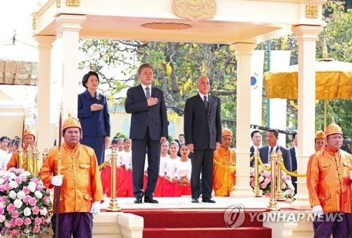 """文대통령, 캄보디아 국왕과 환담…""""인적·문화교류 강화하자"""""""