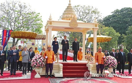 文대통령, 캄보디아 독립기념탑 찾아 시아누크 동상에 헌화