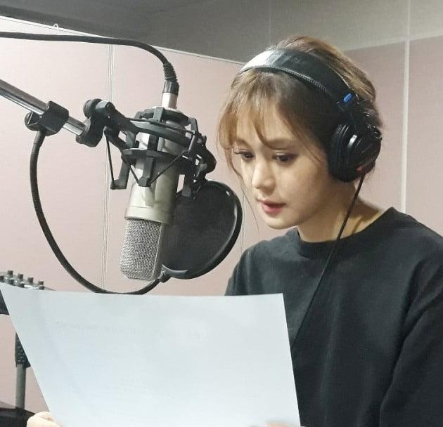 영상의 내레이션을 재능기부한 방송인 안현모의 녹음 장면