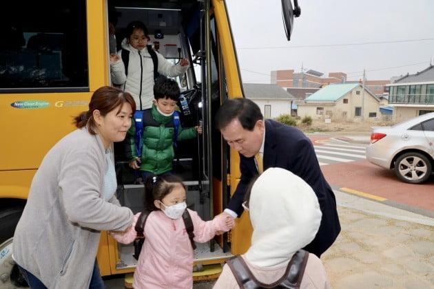 김지철 충남교육감, 광천초에서 안전한 등굣길 봉사활동