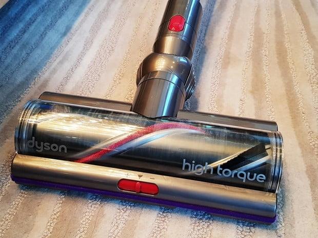 다이슨은 V11 컴플리트에 모터 속도를 스스로 조절하는 '다이나믹 로드 센서'와 새롭게 개발한 '하이 토크 클리너' 헤드를 처음으로 적용했다. V11 컴플리트는 바닥 상태를 실시간으로 파악해 자동으로 출력을 조절하는데, 먼지가 깊숙이 박혀 있는 카펫에서는 흡입력이 강해지는 반면 마룻바닥이나 장판 등에서는 흡입력이 약하게 조절한다.