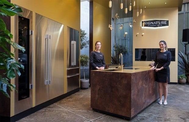 금색 메탈소재를 활용해 시그니처 키친 스위트 전시관에 마련된 '가든 키친'.