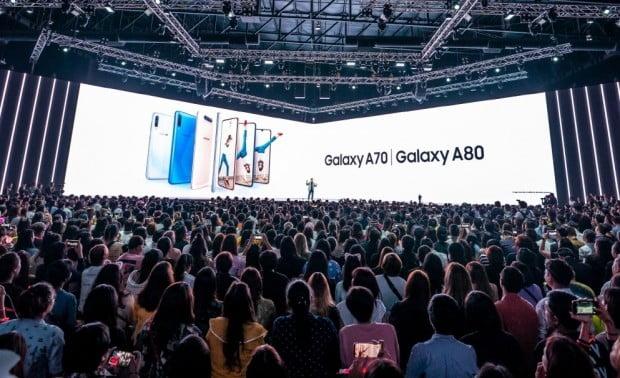 삼성전자는 10일 태국 방콕에서 새로운 중저가폰 갤럭시 A80을 공개했다. 신제품은 갤럭시 최초로 회전형 카메라를 탑재했고, 갤S10에 이어 두 번째로 디스플레이 내장형 지문인식 센서를 채용해 눈길을 끌었다.