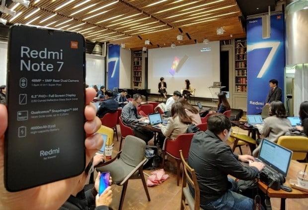 샤오미는 10일 서울 강남구 아남타워에서 신제품 행사를 열고 홍미노트7을 선보였다.  이 제품은 6.3인치 LCD 디스플레이, 후면 듀얼카메라, 4000mAh 대용량 배터리, 4GB 램, 64GB 메모리를 탑재했음에도 24만9000원의 가격으로 출시됐다. 샤오미는 AS에 대한 소비자 불만을 해결하기 위해 전국에 공식 AS센터 37개를 열었다.