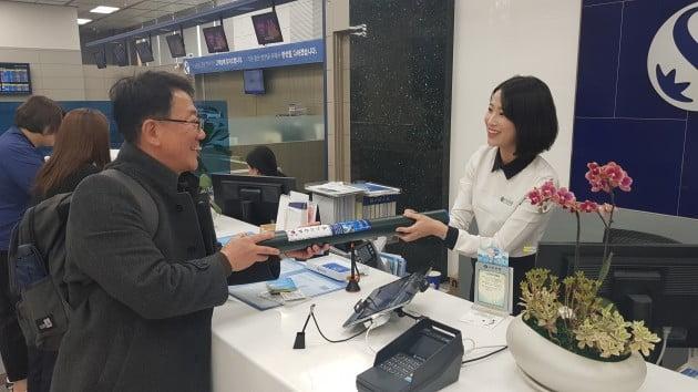 신한은행 본점 영업부는 11일 대한민국 임시정부 수립 100주년을 맞이해 방문 고객 100명에게 선착순으로 태극기를 나눠주는 행사를 실시했다.(사진=신한은행)