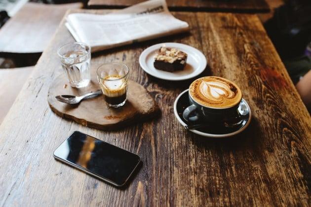 커피숍 머그잔을 슬쩍하는 남자친구에게 실망한 여성의 사연이 온라인에서 화제가 되고 있다 ( 사진 게티 이미지 뱅크)