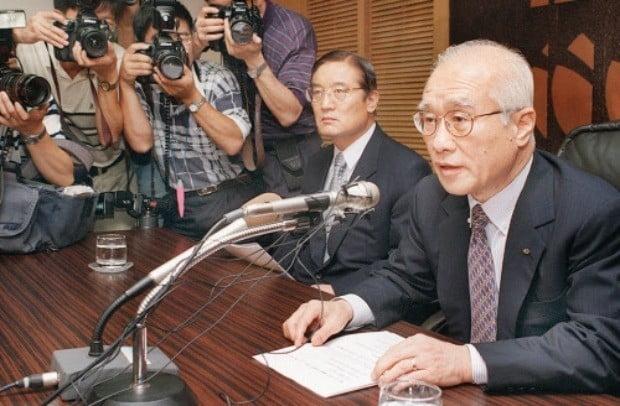 """김우중 대우 회장이 1999년 7월 25일 서울역 앞 대우센터(현 서울스퀘어)에서 """"구조조정을 차질없이 이행하겠다""""는 성명을 발표하고 있다. 한경DB"""