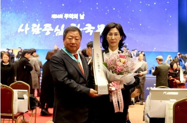2017년 12월 5일 코엑스에서 열린 '제54회 무역의날 행사'에서 '1억불 수출의 탑'을 받은 전인장 회장 부부 모습. 사진=연합뉴스