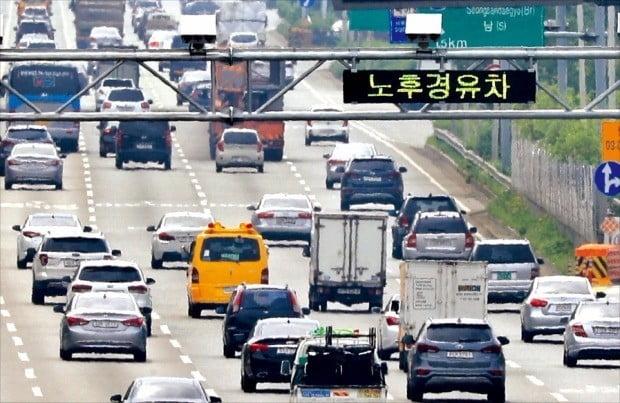 서울 강변북로 가양대교 인근 도로에서 폐쇄회로TV(CCTV)로 노후 경유차를 단속하고 있다. 사진=연합뉴스
