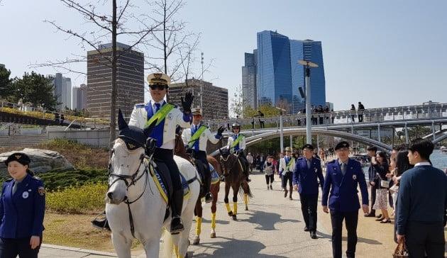 인천의 기마경찰대가 13일 송도국제도시의 센트럴파크를 순찰하고 있다. 인천경찰청 제공