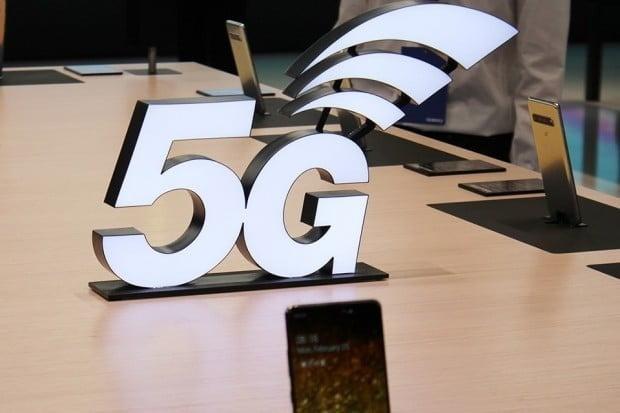 업계에서는 통신사들이 5G 서비스 불만을 잠재우기 위해 V50 씽큐의 출시 연기를 결정한 것으로 보고 있다. 5G 품질 불신이 커지는 마당에 추가로 5G폰을 낼 경우 여론이 악화될 것을 우려했다는 것이다.