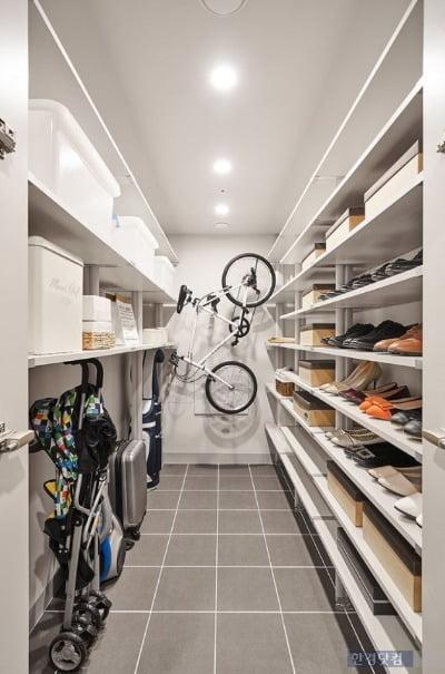 대림산업의 C2하우스 콘셉트가 적용된 평면. 전용 84㎡의 현관 대형 팬트리에는 자전거와 유모차까지 수납이 가능하다.