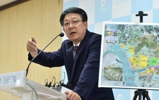 허종식 인천시 균형발전정무부시장이 18일 시청 브리핑룸에서 수도권매립지 종료와 대체매립지 조성에 대한 인천시 입장을 발표하고 있다.인천시 제공