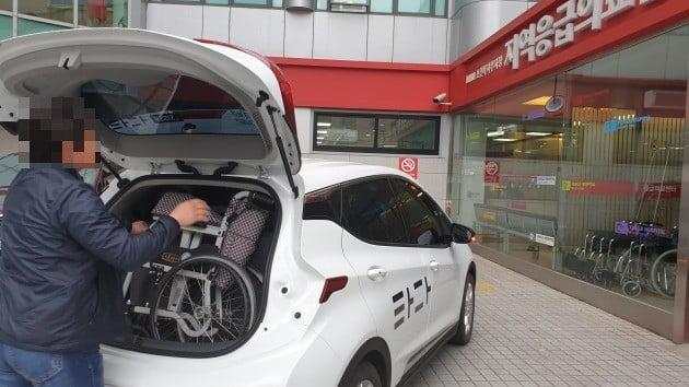 '타다 어시스트' 기사가 수동휠체어를 옮기고 있다. 김남영 기자 nykim@hankyung.com