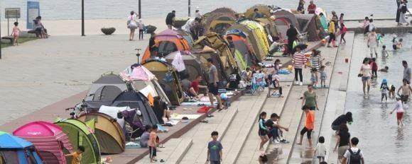 '텐트촌' 방불케하는 한강…텐트 허용구역 줄인다