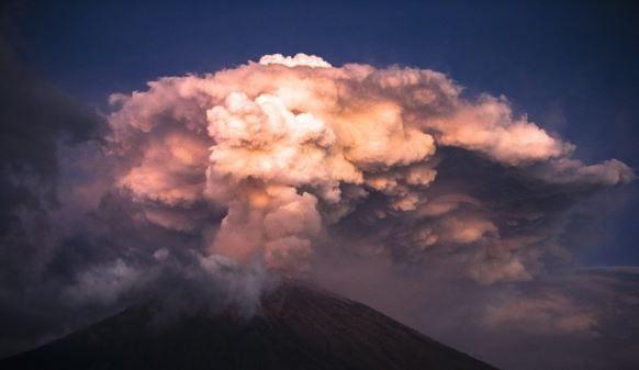 인도네시아 발리 화산 분화…공항 정상 운영