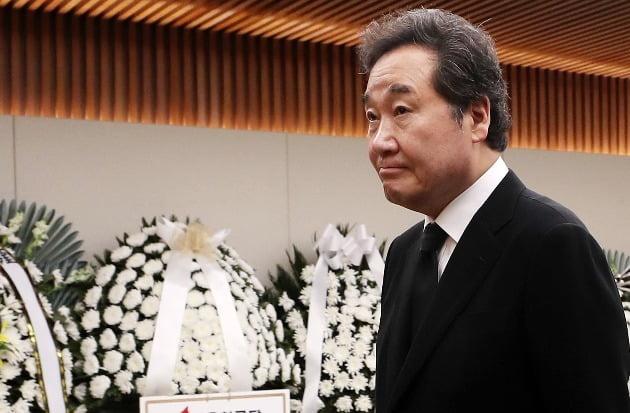 이낙연 국무총리가 21일 오후 고(故) 김홍일 전 의원의 빈소가 마련된 서울 서대문구 신촌세브란스 병원 장례식장을 찾아 조문하고 있다. / 연합