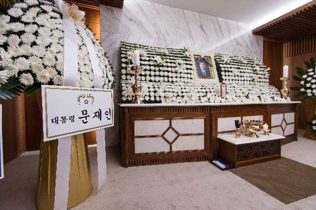 21일 오후 고(故) 김홍일 전 의원의 빈소가 마련된 서울 서대문구 신촌세브란스 병원 장례식장에 문재인 대통령이 보낸 조화가 놓여 있다. /연합