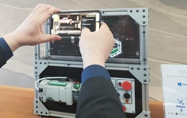 지난 8일 한국마이크로소프트 테크놀로지센터(MTC) 개소식에서 다이내믹스 365를 스마트폰으로 시연하고 있다.