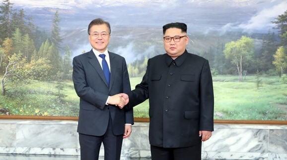 문재인 대통령이 지난해 5월26일 판문점 북측지역 통일각에서 북한 김정은 국무위원장과 만나 악수하고 있는 모습  /청와대 제공