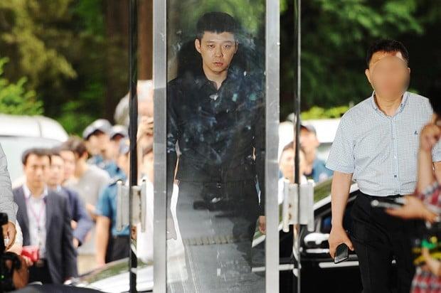 네 여성 성폭행 혐의로 박유천은 경찰에 출석했다. 이 사건에 대해서는 무혐의를 받았다.