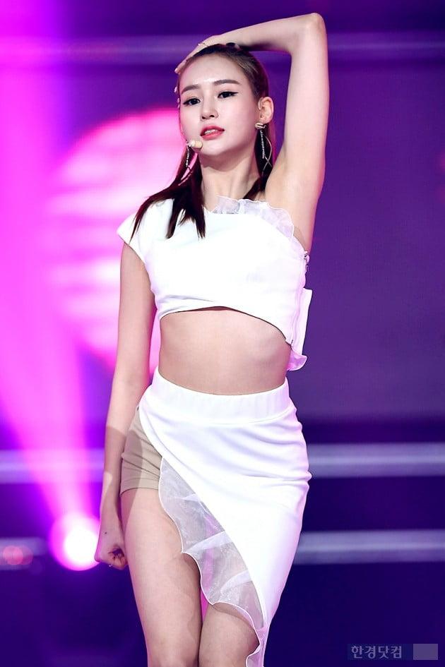 [포토] 카밀라 정유나, '군살 하나 없는 잘록한 허리라인'