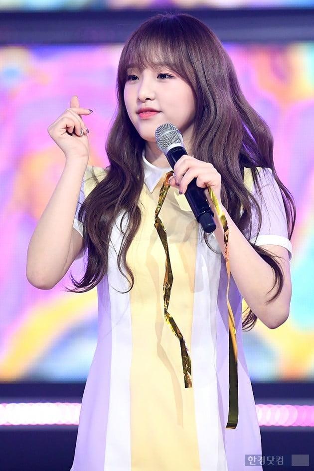 [포토] 아이즈원 최예나, '귀엽게 하트~'