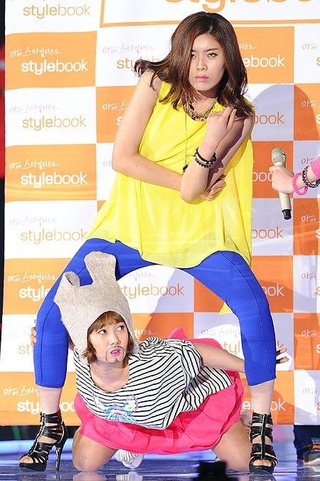 박나래는 아직도 초심을 잃지 않았다. 절친 개그우먼 장도연과 함께 2013년  K-POP 컬렉션 행사장에 참석한 모습.
