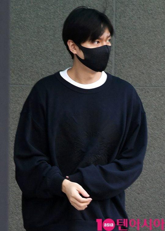 배우 이민호가 24일 오후 수서동 수서종합사회복지관에서 사회복무를 마치고 퇴근하며 차에 오르고 있다.