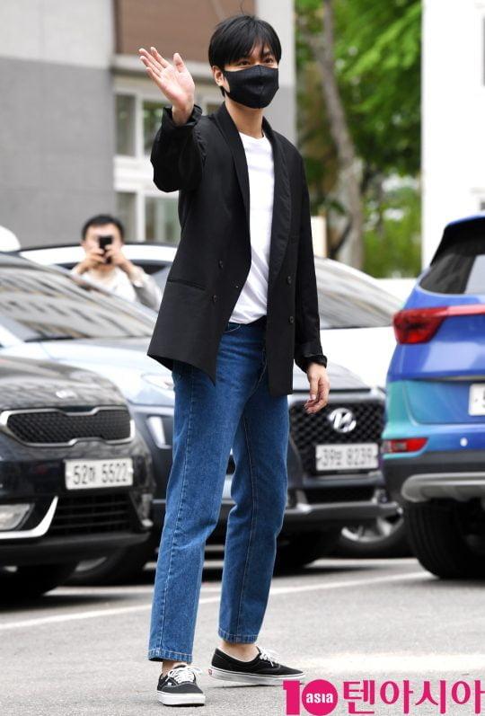 배우 이민호가 25일 오전 서울 수서동 수서종합사회복지관에서 사회복무에 출근하고 있다.