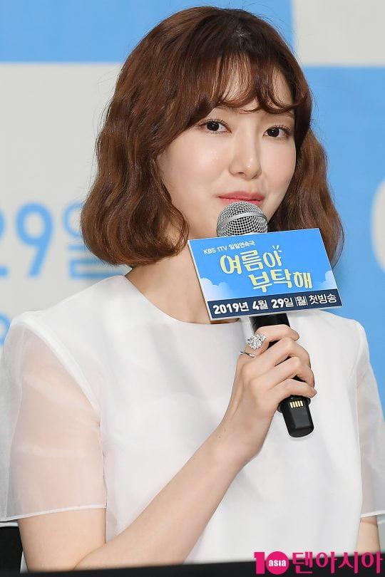 배우 나혜미가 25일 오후 서울 신도림동 라마다호텔에서 열린 KBS 드라마 '여름아 부탁해' 제작발표회에 참석해 인사말을 하고 있다.