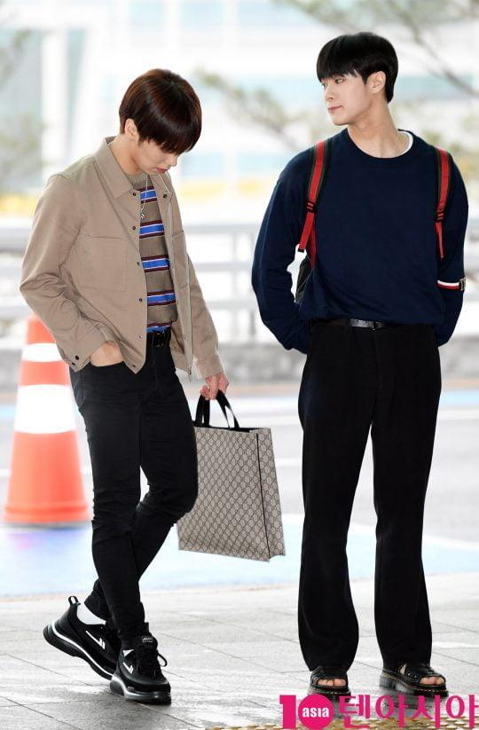 그룹 아스트로 라키와 문빈이 26일 오전 월드투어 참석차 인천국제공항을 통해 태국으로 출국하고 있다.