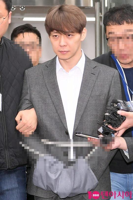 지난 26일 오후 수원지방법원에서 마약 투약 혐의로 영장실질검사를 마치고 나오는 박유천. /이승현 기자 lsh87@