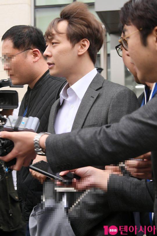마약 투약 혐의를 받는 가수 겸 배우 박유천이 영장실질심사를 마치고 26일 오후 수원지방법원을 나서고 있다.