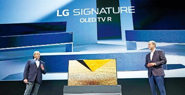 LG전자가 지난 1월 미국 라스베이거스에서 열린 세계 최대 전자쇼 CES에서 화면을 말 수 있는 '롤러블 TV'를 전 세계에 공개하고 있다.  /LG전자 제공