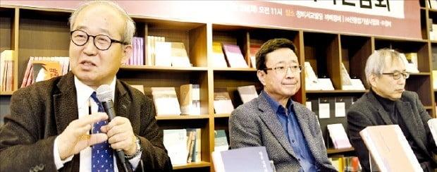 강형철 신동엽기념사업회 이사장(맨 왼쪽)이 신동엽 시인 50주기 추모행사에 대해 설명하고 있다.