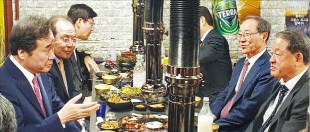 이낙연 국무총리(맨 왼쪽)와 강호갑 중견기업연합회 회장(맨 오른쪽) 등 중견기업 대표들이 지난 1일 저녁 서울 마포구의 한 돼지껍데기 집에서 이야기하고 있다.  /중견련 제공