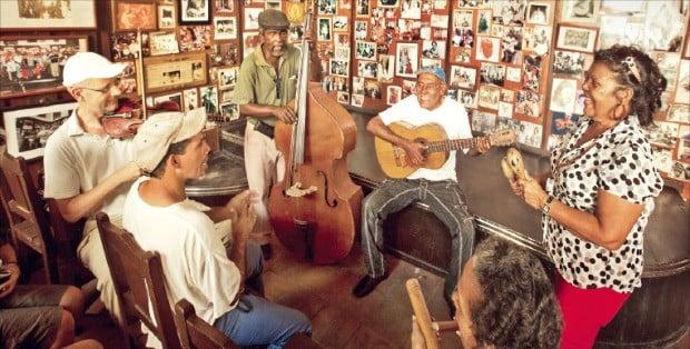 외국인 관광객과 함께 즉석 연주를 펼쳐 보이는 아바나 현지의 연주자들.