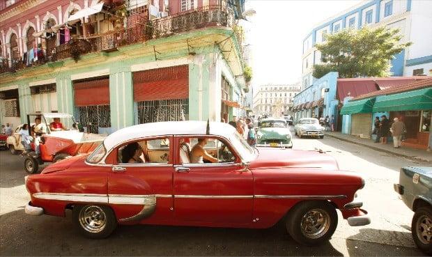 쿠바 아바나 거리 최고의 명물 올드카. 클래식한 디자인의 차량을 타고 시가지 곳곳을 둘러보는 올드카투어가 인기다.