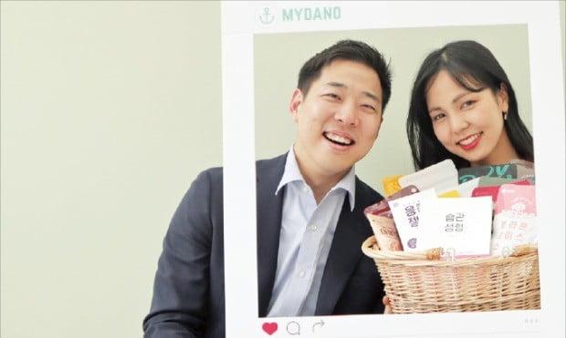 정범윤(왼쪽), 이지수 다노 공동대표가 서울 마포구 다노 사옥에서 환하게 웃고 있다.  /김정은 기자
