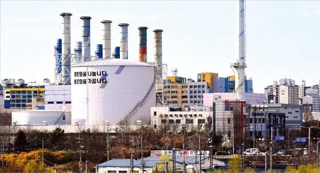 친환경으로 알려진 액화천연가스(LNG)발전소가 유해물질을 내뿜으면서 주민 건강을 위협하고 있다는 보고서가 나왔다. LNG를 주로 사용하는 대표적 발전소인 일산LNG발전소 모습.  /신경훈 기자 khshin@hankyung.com