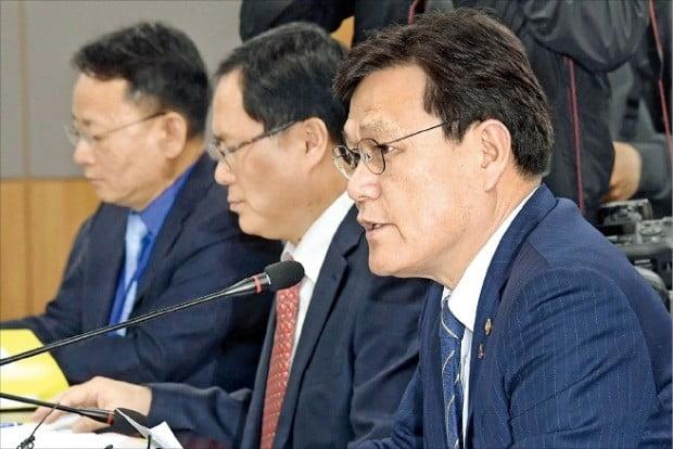 최종구 금융위원장(오른쪽)이 9일 정부서울청사에서 열린 카드사 최고경영자(CEO) 간담회에서 발언하고 있다.  /김범준 기자 bjk07@hankyung.com