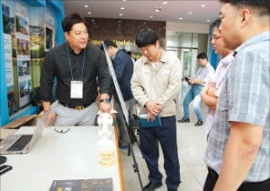 안현수 지프코리아 대표(맨 왼쪽)가 그래핀 기반의 유해화학물질 감지시스템에 대해 설명하고 있다.  /지프코리아  제공