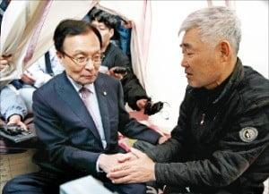 이해찬 더불어민주당 대표가 10일 경북 포항 지진대피소를 찾아 주민 이야기를 듣고 있다.  /연합뉴스