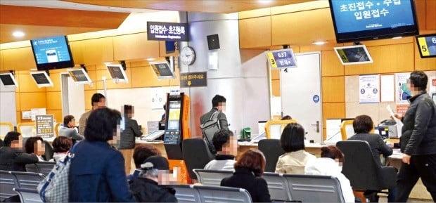 정부는 앞으로 5년간 국민 의료 혜택을 늘리는 데 총 42조원을 투입하는 내용의 '제1차 국민건강보험 종합계획(2019~2023년)'을 10일 발표했다. 이날 서울 서대문구 한 병원에서 환자들이 입원 접수와 수납을 기다리고 있다.  /김범준 기자 bjk07@hankyung.com