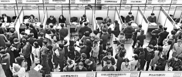 10일 경기 용인시청에서 열린 '2019 용인시 일자리 박람회'에서 구직자들이 현장 면접을 보기 위해 길게 줄 서 있다.  /연합뉴스