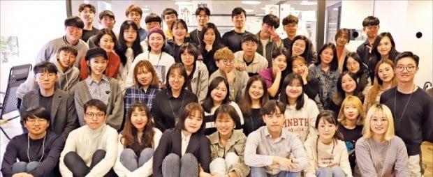UNIST 학생창업기업인 클래스101의 고지연 대표(앞줄 왼쪽 네 번째)와 팀원들.  /클래스101 제공